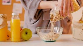 L'avena sana della prima colazione si sfalda succo fresco organico stock footage