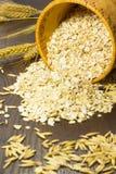 L'avena si sfalda in un canestro della betulla-corteccia Grani dell'avena e dello spik del grano Immagini Stock Libere da Diritti