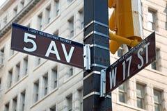 l'avenue 5 signent dedans la vue de plan rapproché de New York City Image libre de droits