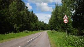 L'avertissement de panneau routier de la courbe droite dangereuse et ne signent aucun dépassement banque de vidéos
