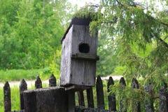 L'aviario casa di legno per gli uccelli Fotografie Stock Libere da Diritti