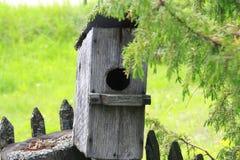 L'aviario casa di legno per gli uccelli Immagini Stock Libere da Diritti