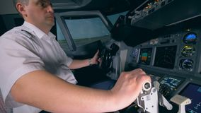 L'aviatore maschio sta preparando l'aereo per decollare Piattaforma di volo della cabina della cabina di pilotaggio stock footage