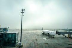 L'avion à l'aéroport dans le brouillard Image stock