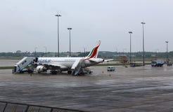 L'avion à l'aéroport de Colombo, préparant pour voler Images stock