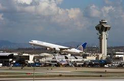 L'avion à réaction d'United Airlines décolle Images stock