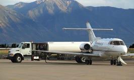 L'avion à réaction réapprovisionnent en combustible Photos stock