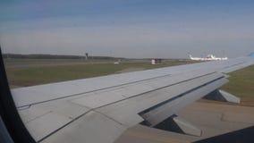 L'avion accélère pour le décollage clips vidéos