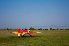 L'avion acrobatique aérien décollent Photos stock