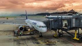 L'avion Air Astana prépare pour charger le bagage en Hong Kong Airport 4K TimeLapse - août 2016, Hong Kong banque de vidéos