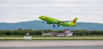 L'avion Airbus A320 de passager de la société S7 décolle images stock
