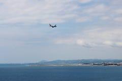 L'avion approche Nice l'aéroport, France Photographie stock libre de droits