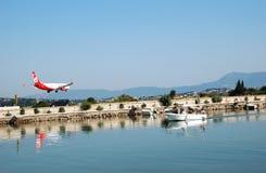 L'avion arrive à l'aéroport Images libres de droits