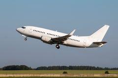 L'avion blanc de passager décolle Images libres de droits