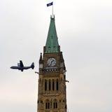 L'avion canadien utilisé en Afghanistan vole par la tour de paix Images libres de droits
