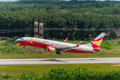 L'avion chanceux de voies aériennes d'air décollent à l'aéroport de Krabi Photos libres de droits