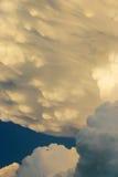 L'avion commercial semble minuscule contre les nuages dramatiques d'orage Photos libres de droits