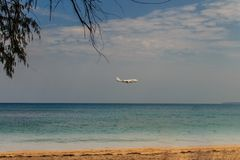 L'avion débarque à l'aéroport international de Phuket Photos stock