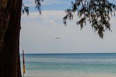 L'avion débarque à l'aéroport international de Phuket Image libre de droits