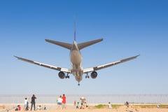 L'avion débarque à l'aéroport de Phuket Photo libre de droits