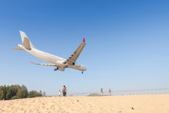 L'avion débarque à l'aéroport de Phuket Images stock