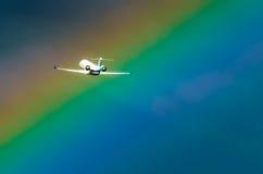 L'avion décollant au ciel d'aéroport et l'arc-en-ciel pleuvoir Images libres de droits