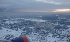 L'avion décolle au-dessus de l'aéroport Sheremetyevo Photos stock