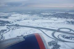 L'avion décolle au-dessus de l'aéroport Sheremetyevo Photo stock
