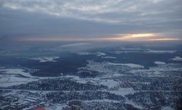 L'avion décolle au-dessus de l'aéroport Sheremetyevo Image libre de droits