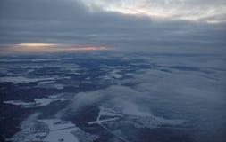 L'avion décolle au-dessus de l'aéroport Sheremetyevo Image stock