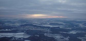 L'avion décolle au-dessus de l'aéroport Sheremetyevo Images libres de droits