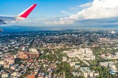 L'avion décolle au-dessus de la ville de Chiang Mai Photographie stock libre de droits