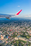 L'avion décolle au-dessus de la ville de Chiang Mai Image stock