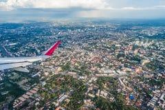 L'avion décolle au-dessus de la ville de Chiang Mai Photo stock