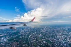 L'avion décolle au-dessus de la ville de Chiang Mai Photos stock