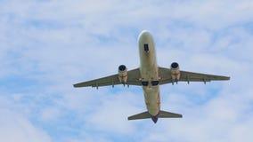 L'avion décolle de l'aéroport, prend la vitesse et la taille, vole au-dessus de l'appareil-photo banque de vidéos