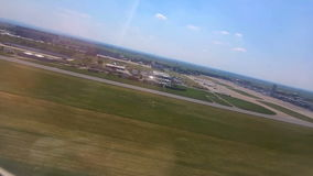 L'avion décolle Vue de l'hublot banque de vidéos