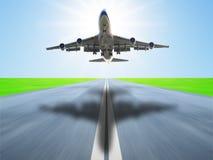 L'avion décollent Photographie stock libre de droits