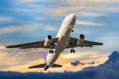 L'avion d'affaires de passager décollent et vol en soleils de ciel bleu Photos libres de droits
