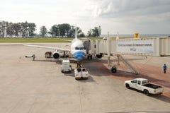 L'avion d'air de Bangkok s'est accouplé dans l'aéroport international de Phuket Image libre de droits