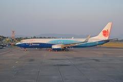 L'avion d'air de Malindo s'est garé à l'extérieur de du bâtiment d'aéroport Images libres de droits