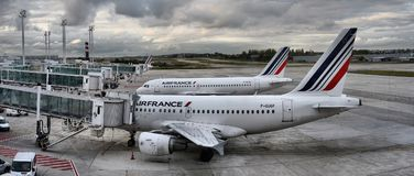 L'avion d'Air France Airbus garé sur des personnes d'aéroport de Paris embarquent au vol Photographie stock