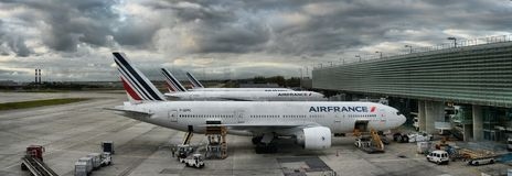 L'avion d'Air France Airbus garé sur des personnes d'aéroport de Paris embarquent au vol Photographie stock libre de droits