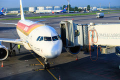 L'avion d'Air Iberia se prépare aux passagers de embarquement par une échelle télescopique à l'aéroport de Domodedovo à Moscou Photo libre de droits