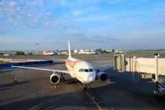 L'avion d'Air Iberia se prépare aux passagers de embarquement par une échelle télescopique à l'aéroport de Domodedovo à Moscou Photographie stock libre de droits