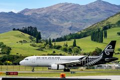 L'avion d'Air New Zealand décolle de l'aéroport Images libres de droits