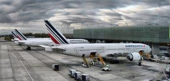 L'avion d'Airbus garé sur des personnes d'aéroport de Paris embarquent au vol Photographie stock