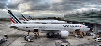 L'avion d'Airbus garé sur des personnes d'aéroport de Paris embarquent au vol Photos libres de droits