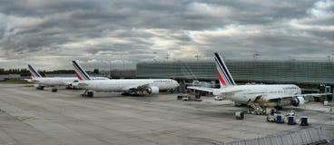 L'avion d'Airbus garé sur des personnes d'aéroport de Paris embarquent au vol Images stock