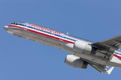 L'avion d'American Airlines Boeing 757 décolle de l'aéroport international de Los Angeles Images stock